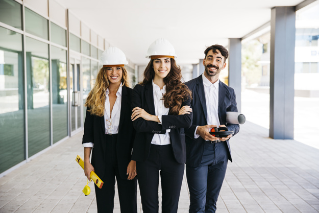 concepto-trabajar-equipo-arquitectos-sonrientes_23-2147702541