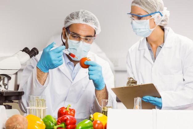 cientifico-alimentos-inyectando-tomate_13339-87180