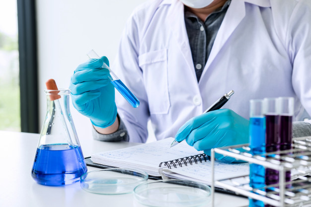 cientifico-o-medico-bata-laboratorio-tubo-ensayo-reactivo-gota-liquido-color_28283-1088
