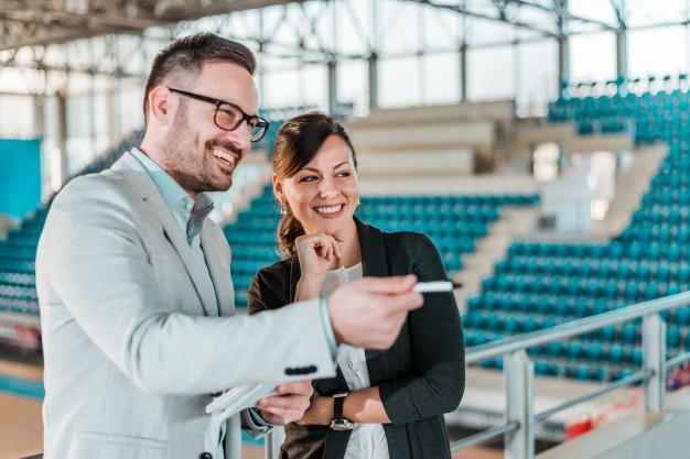 encuentro-pabellon-deportivo-hombres-mujer-negocios-estadio-deporte_109710-167